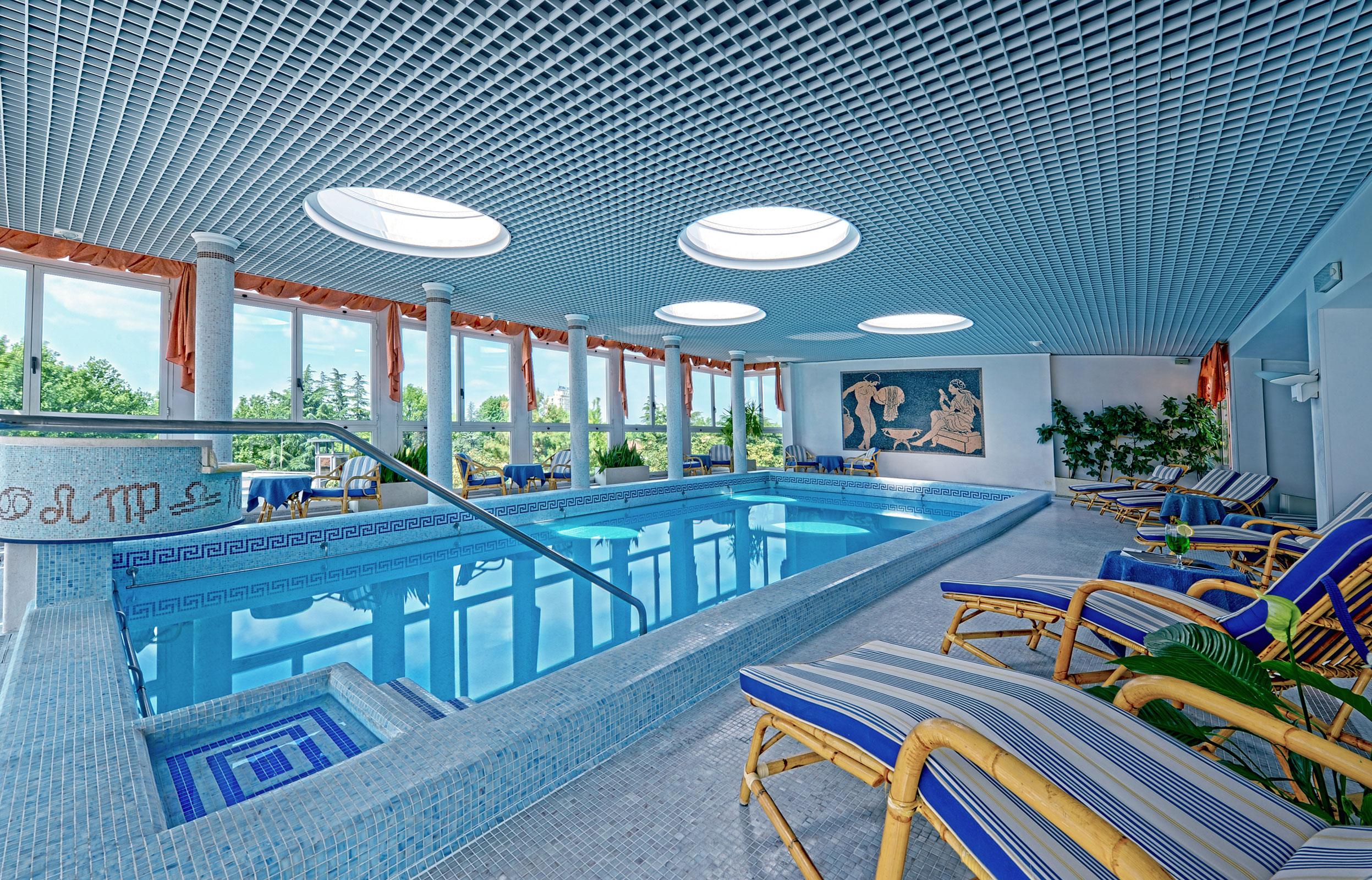 Temperatura acqua piscina coperta idee di immagini di casamia - Hotel con piscina coperta per bambini ...